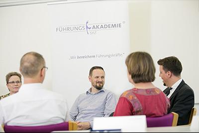 Sprachtraining - Fremdsprachen und interkulturelle Kommunikation -Teilnehmer im Seminarraum